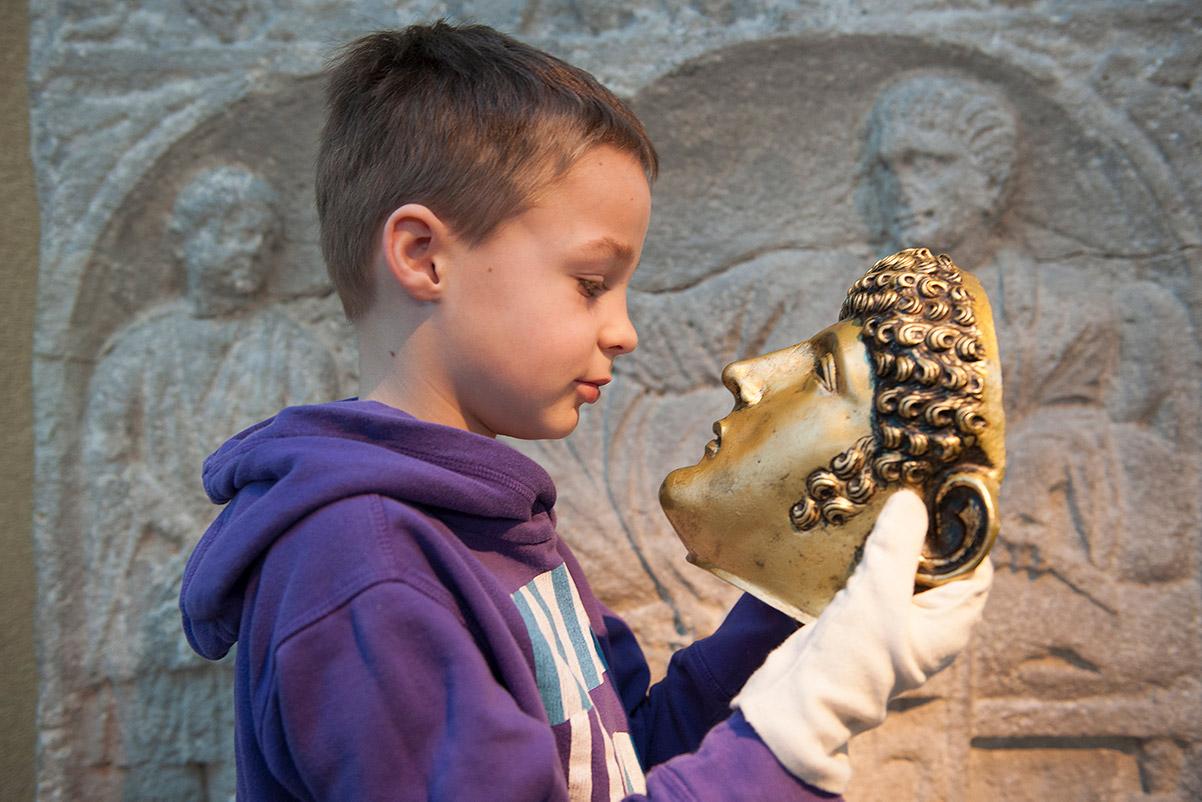 Rijksmuseum van Oudheden - Jongen met Romeins masker