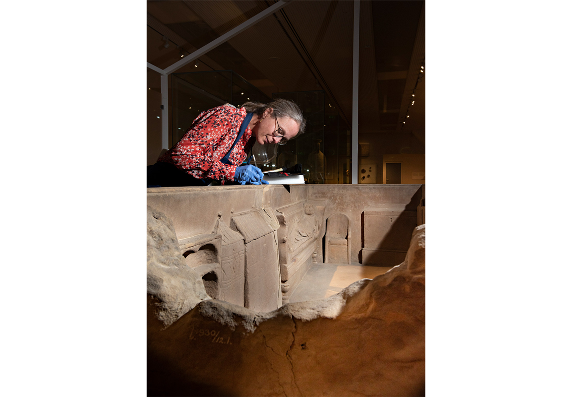 Restauratie aan de Sarcofaag van Simpelveld, voor bezoekers live in het museum te volgen. Mogelijk gemaakt door steun van de Vereniging Rembrandt, de Turing Foundation en particuliere schenkingen